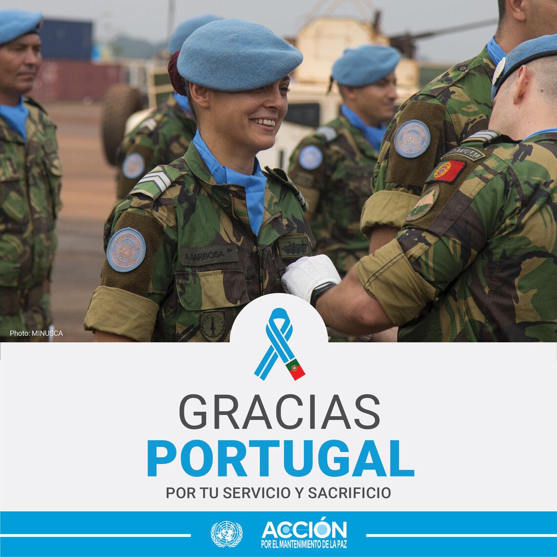 Tarjeta de una casco azul de Portugal con otros compañeros y el texto: Gracias, Portugal, por tu servicio y sacrificio.