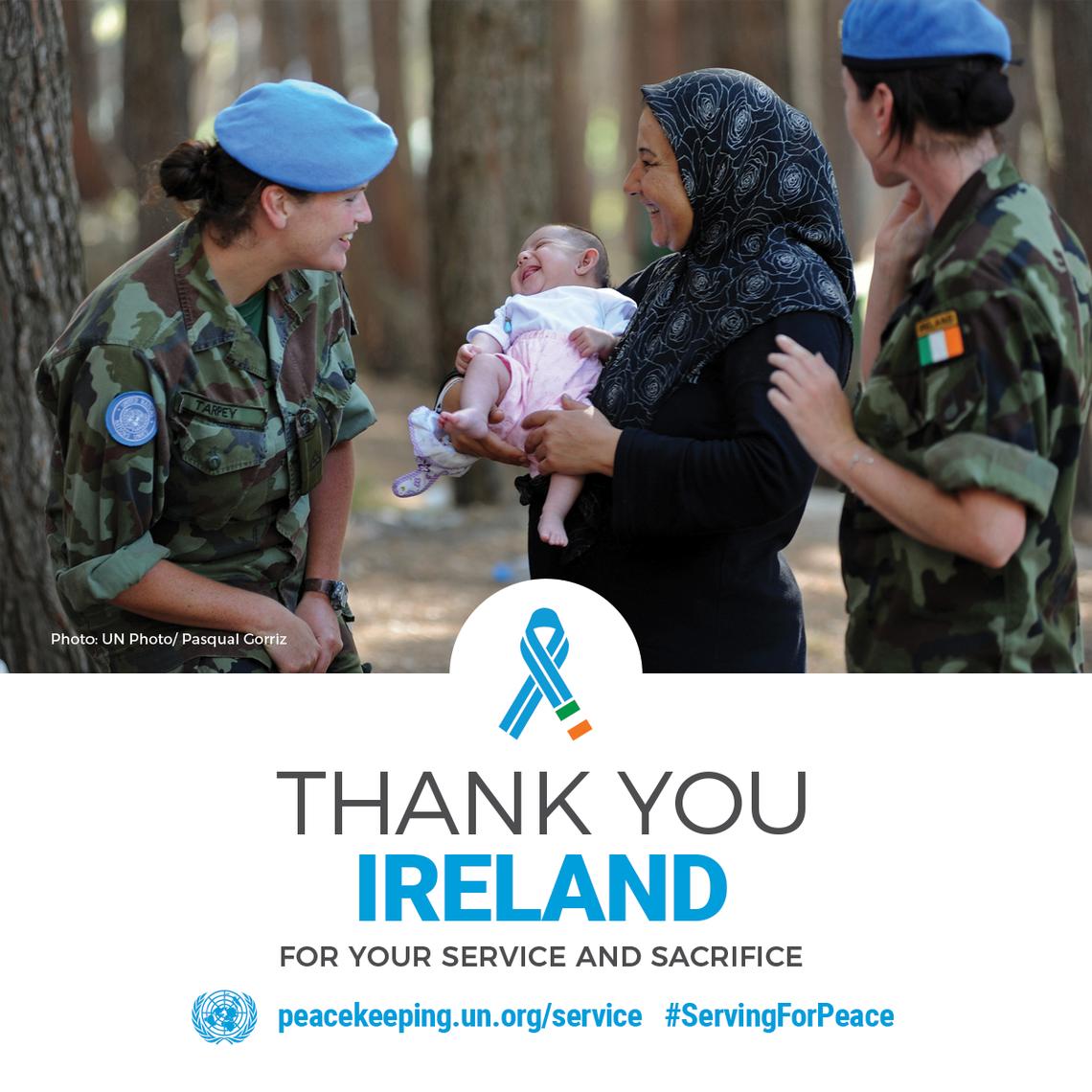 Personal de Mantenimiento de la Paz con una mujer y su bebé.