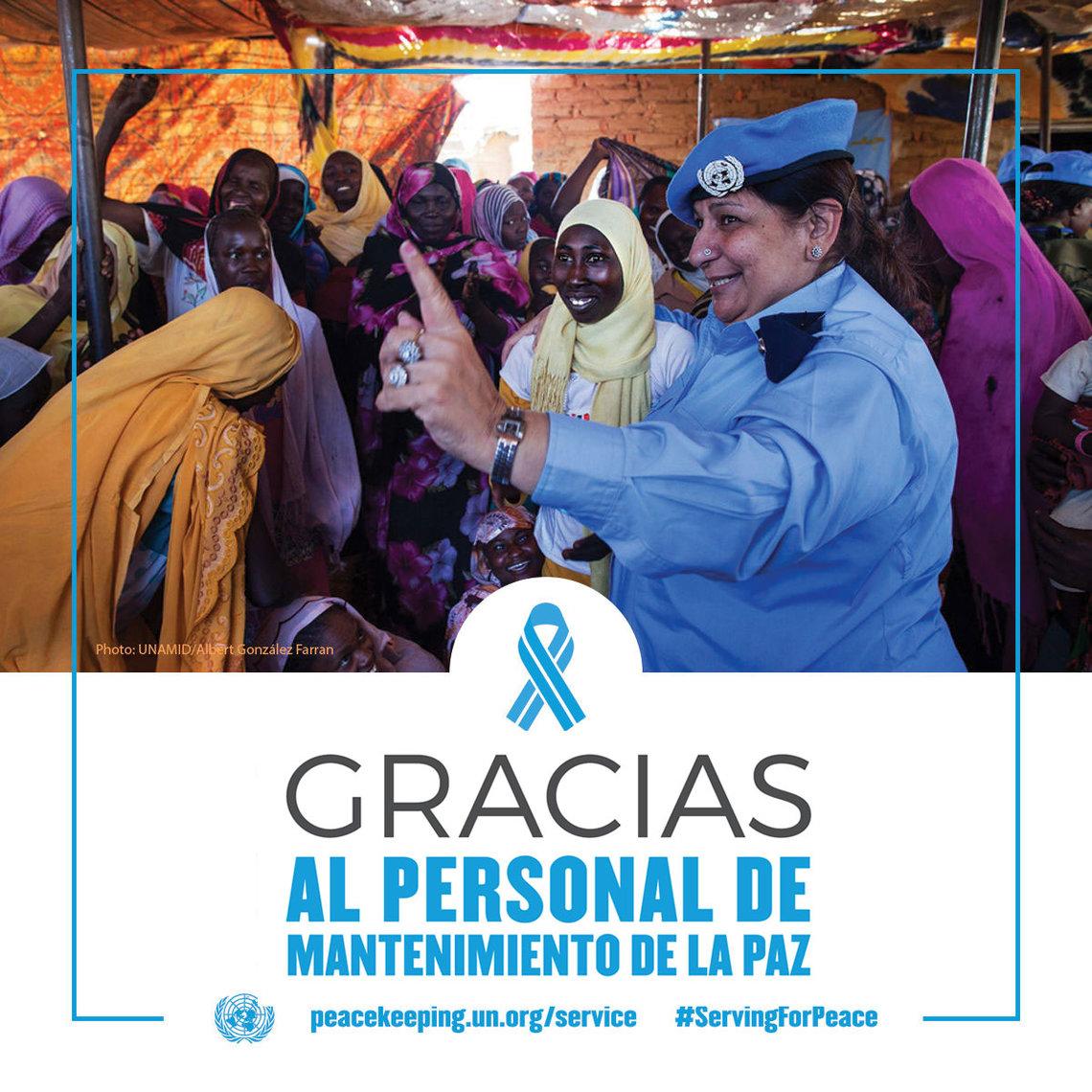 El oficial de policía de la ONU de Pakistán habla con mujeres y niñas en Darfur