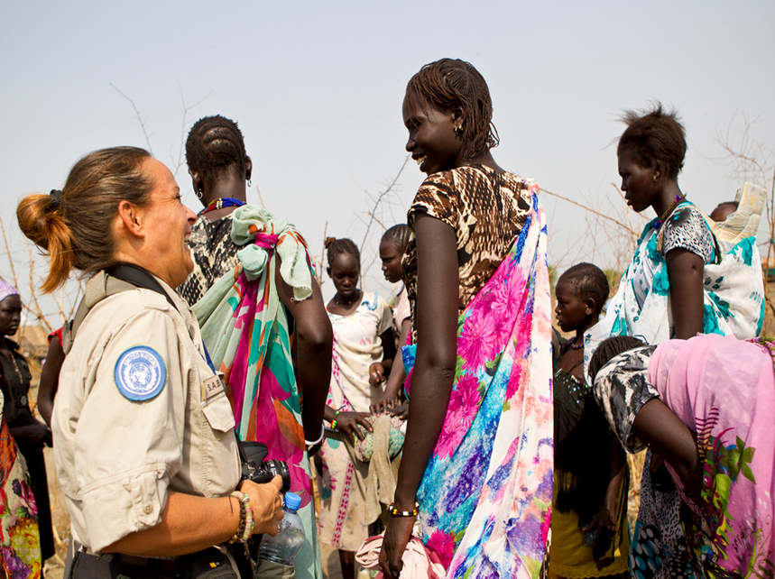 A female peacekeeper is communicating with local women.