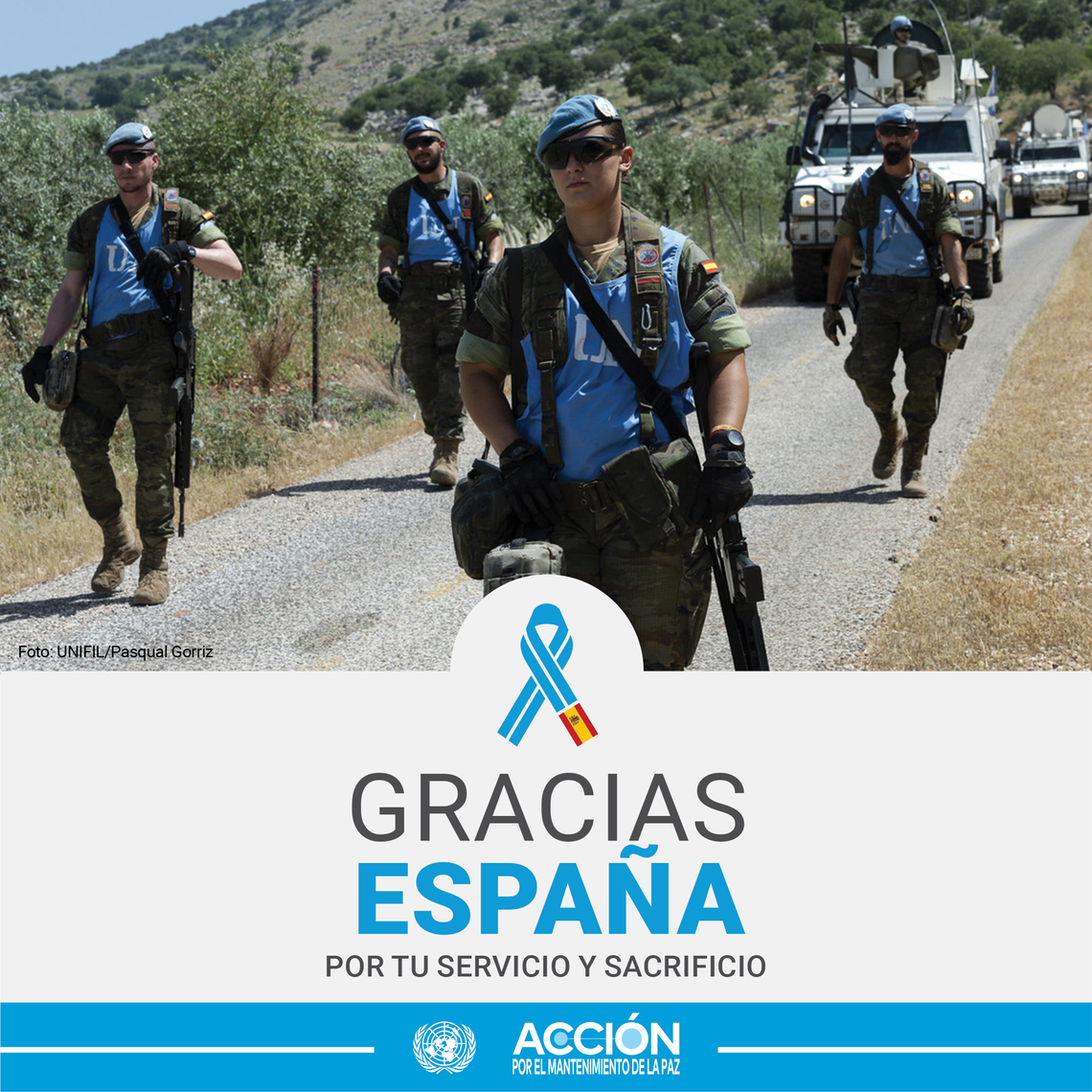 Tarjeta con una casco azul (en primer plano)  y algunos compañeros de España y el texto: Gracias, España, por tu servicio y sacrificio.
