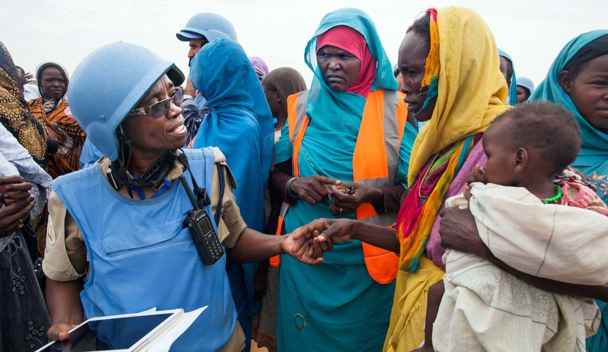 Plus de 5.200 déplacés internes travaillent actuellement comme volontaires de politique communautaire dans tout le Darfour, tous formés et équipés par la MINUAD et le PNUD, assurant la liaison entre la communauté locale et les policiers.