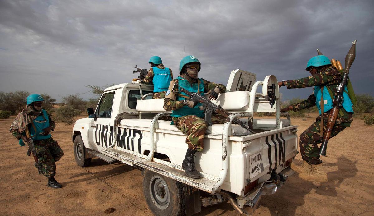 Las tropas de la UNAMID realizan una patrulla de rutina.