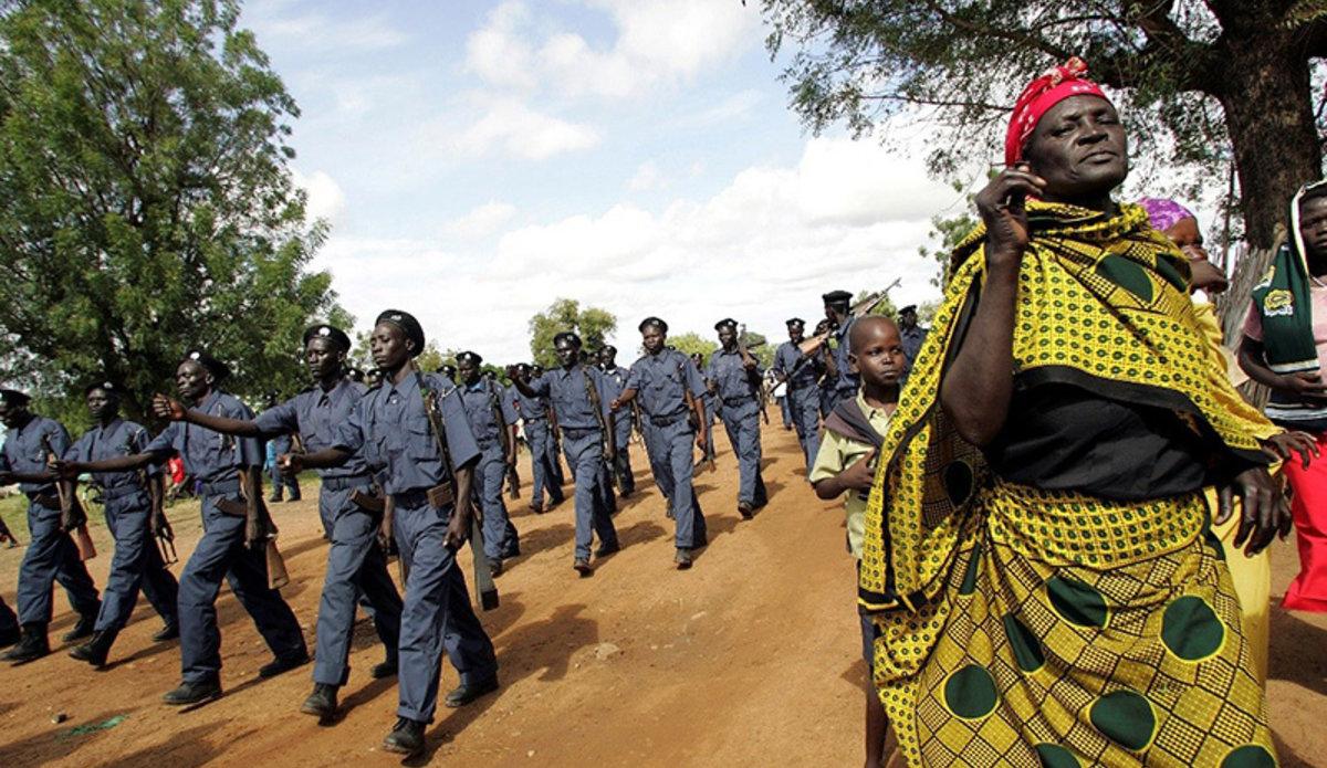 Женщины-миротворцы идут строем